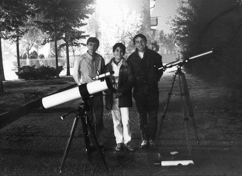 28.10.1985. Nella foto sono ripresi da sinistra a destra Marco Perego, Gabriele Barletta, e Vincenzo Bernardi. In primo piano il telescopio 114 di Gabriele. Allora, Gabriele aveva solo 13 anni.