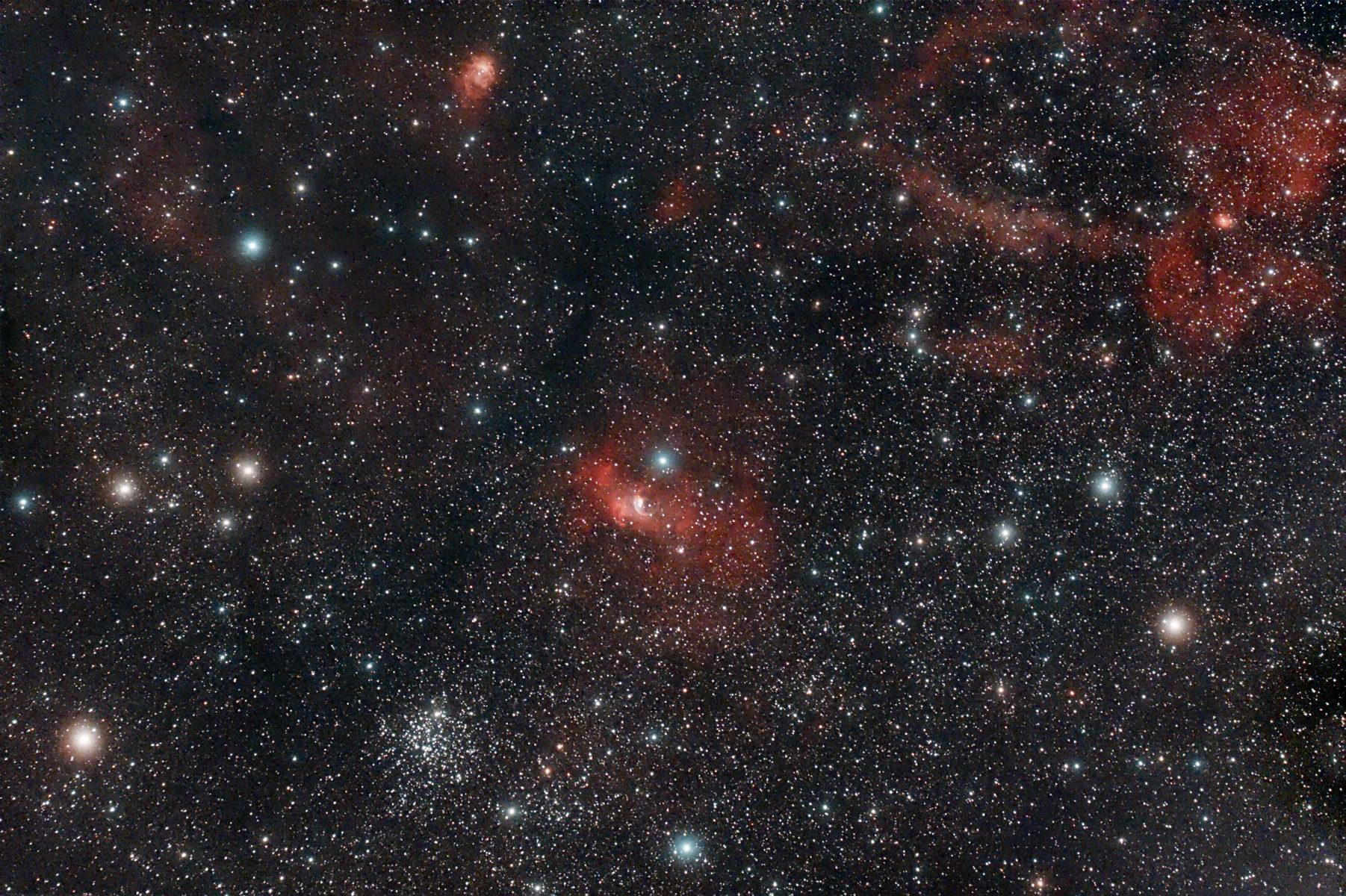 <p>Campo stellare tra Cassiopea e il Cefeo sono comprese la nebulosa NGC 7538 e l'ammasso stellare M 52.</p>
